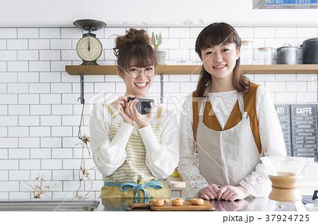 料理をする女性たち 37924725