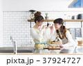 女性 キッチン 台所の写真 37924727