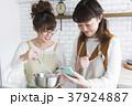 女性 台所 スマホの写真 37924887