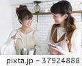 女性 台所 スマホの写真 37924888