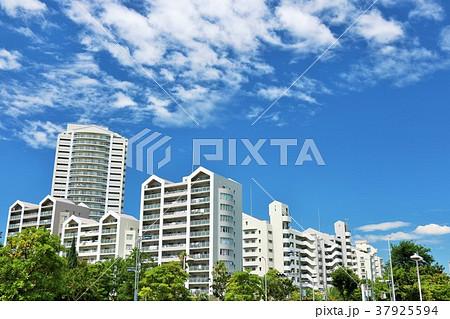 夏の青空 綺麗なマンション 37925594