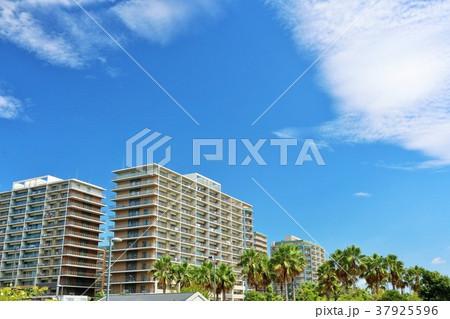 夏の青空 街のマンション 37925596