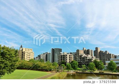 秋晴れの青空とマンションの風景 37925598