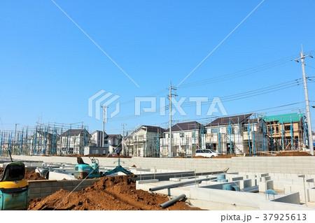 青空の建設現場 37925613