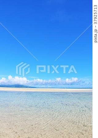 沖縄 竹富島の青空と青い海 37925713