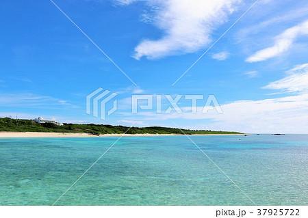 沖縄 夏の青空と青い海 37925722
