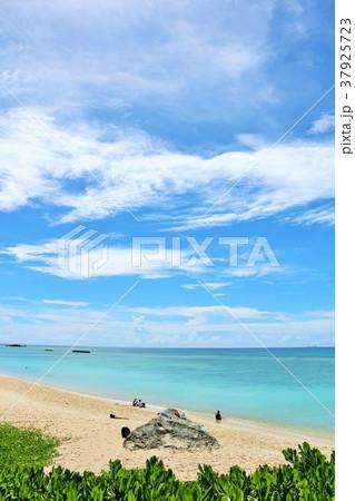 沖縄 青空と青い海の波照間島 37925723