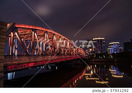 中国・上海の外白渡橋のライトアップ 37931292