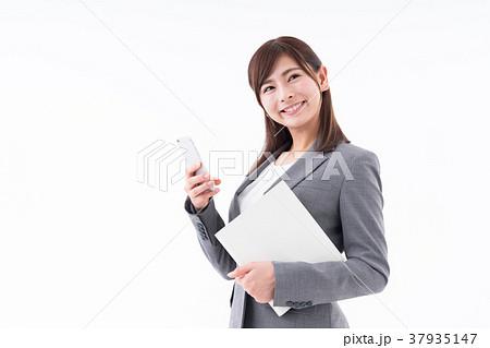 若いビジネスウーマン(スマホ) 37935147