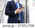 電車 スマートフォン 人物の写真 37951708