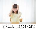 心配性 頭痛 頭が痛い ネガティブイメージ 体調不良 女性 ポートレート 20代 30代 37954258