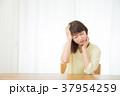 心配性 頭痛 頭が痛い ネガティブイメージ 体調不良 女性 ポートレート 20代 30代 37954259