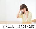 心配性 頭痛 頭が痛い ネガティブイメージ 体調不良 女性 ポートレート 20代 30代 37954263