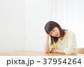 心配性 頭痛 頭が痛い ネガティブイメージ 体調不良 女性 ポートレート 20代 30代 37954264