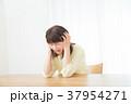 心配性 頭痛 頭が痛い ネガティブイメージ 体調不良 女性 ポートレート 20代 30代 37954271