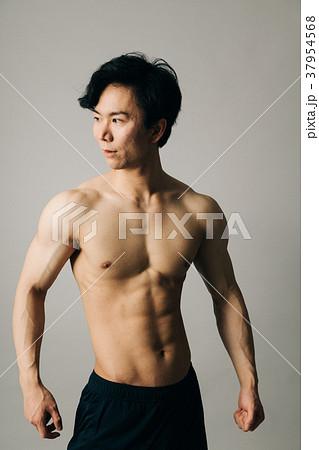 男性アスリート 裸 腹筋 胸筋 37954568