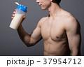 プロテインを持つボディービルダー 日本人男性 37954712