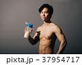 プロテインを持つボディービルダー 日本人男性 37954717