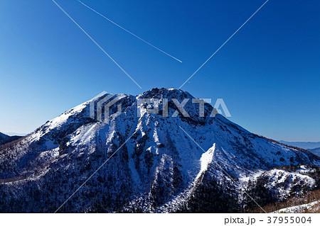 冬の日光白根山と飛行機雲 37955004
