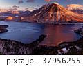 冬の半月山から見る朝焼けの男体山と中禅寺湖 37956255