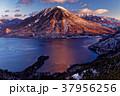 冬の半月山から見る朝焼けの男体山と中禅寺湖 37956256