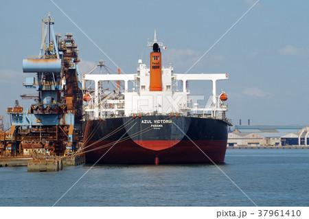 水島港で荷役をするタンカー 37961410