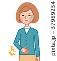 下腹部が痛い女性 37989254