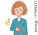 胃のあたりが痛い女性 37989257
