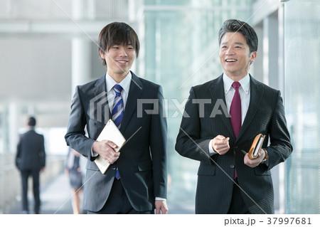 会話をするビジネスマン スーツ姿の男性 ビジネスイメージ 37997681