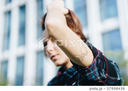 タトゥーを入れた女性 37998436