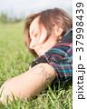 腕にタトゥーを入れた女性 37998439
