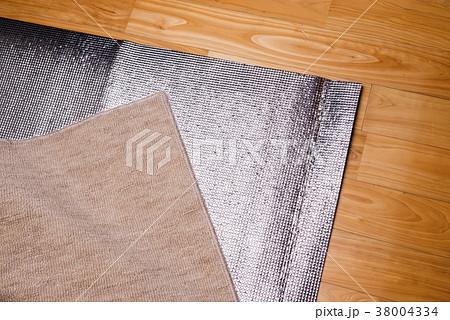 保温用のアルミシートとカーペット 38004334