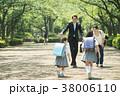 親子 小学生 駆け寄るの写真 38006110