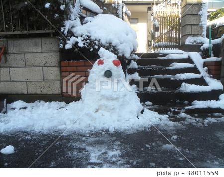 家の前の道の除雪の雪で作った雪達磨 38011559