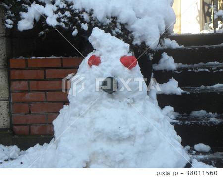 家の前の道の除雪の雪で作った雪達磨 38011560