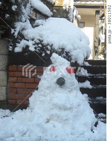 家の前の道の除雪の雪で作った雪達磨 38011562
