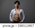 割れた腹筋のアスリート 日本人男性 38011967