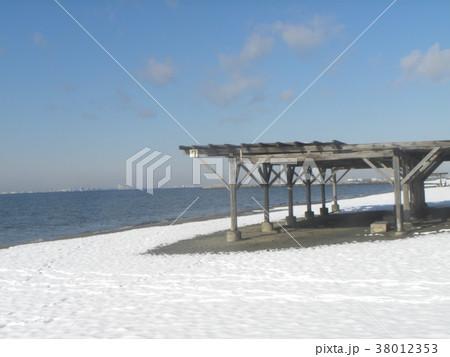 雪の日の稲毛海岸真っ白な風景 38012353