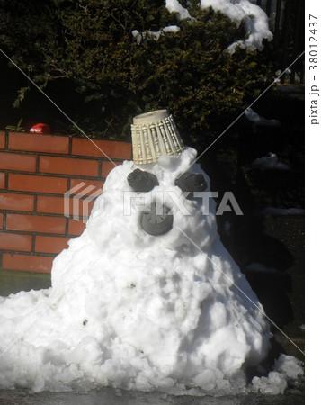 家の前の道の除雪の雪で作った雪達磨 38012437