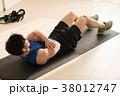 腹筋をする若い日本人男性 38012747