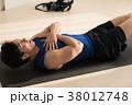 腹筋をする若い日本人男性 38012748