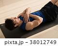 腹筋をする若い日本人男性 38012749