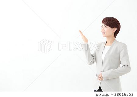 ビジネスイメージ ミドル女性 案内 38016553