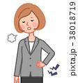 腰が痛い女性 38018719