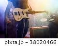 ミュージシャン ギタリスト 楽器の写真 38020466