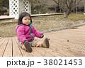 ビー玉で遊ぶ女の子 38021453