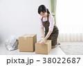 女性 箱 引っ越しの写真 38022687