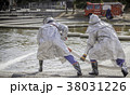 訓練中の消防士と消防車 38031226