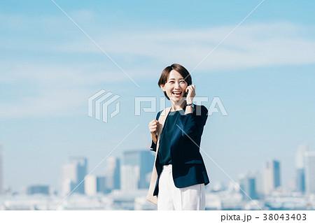 カジュアルスーツのミドル女性 青空 38043403