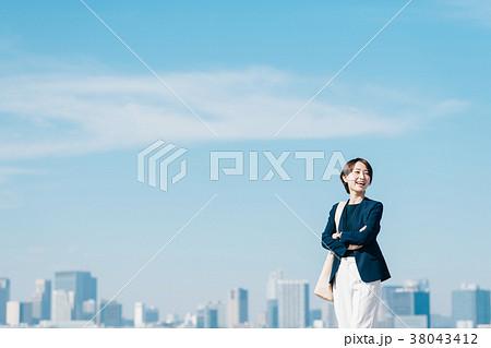 カジュアルスーツのミドル女性 青空 38043412